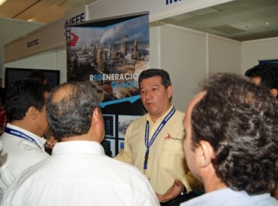 Octavio Manzano in IEEE Acapulco Mexico Show 2014, Talking to the CFE attendants about Oil Transformer Reclaiming